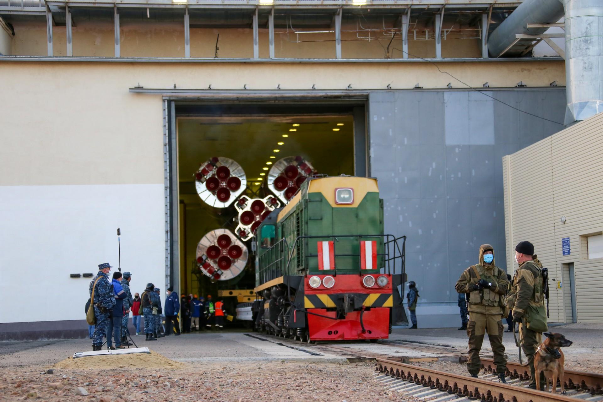 Ракета «Союз-2» с кораблём «Союз МС-17» вывезена на стартовый комплекс, прошли работы по графику первого стартового дня