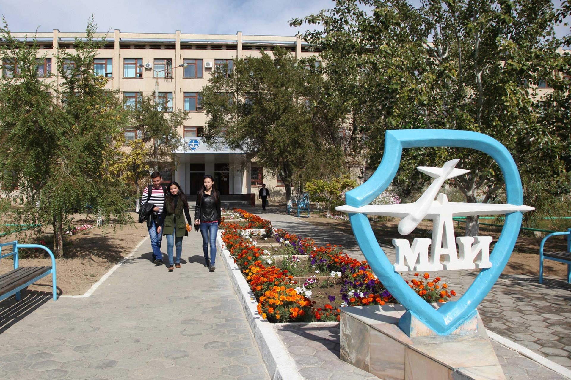 Поздравление главы администрации города Байконура с днём образования филиала «Восход» Московского авиационного института