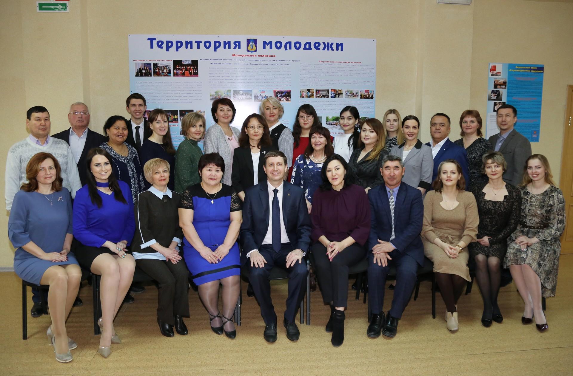 Поздравление главы администрации города Байконура с 20-летием со дня создания Управления культуры, молодёжной политики, туризма и спорта