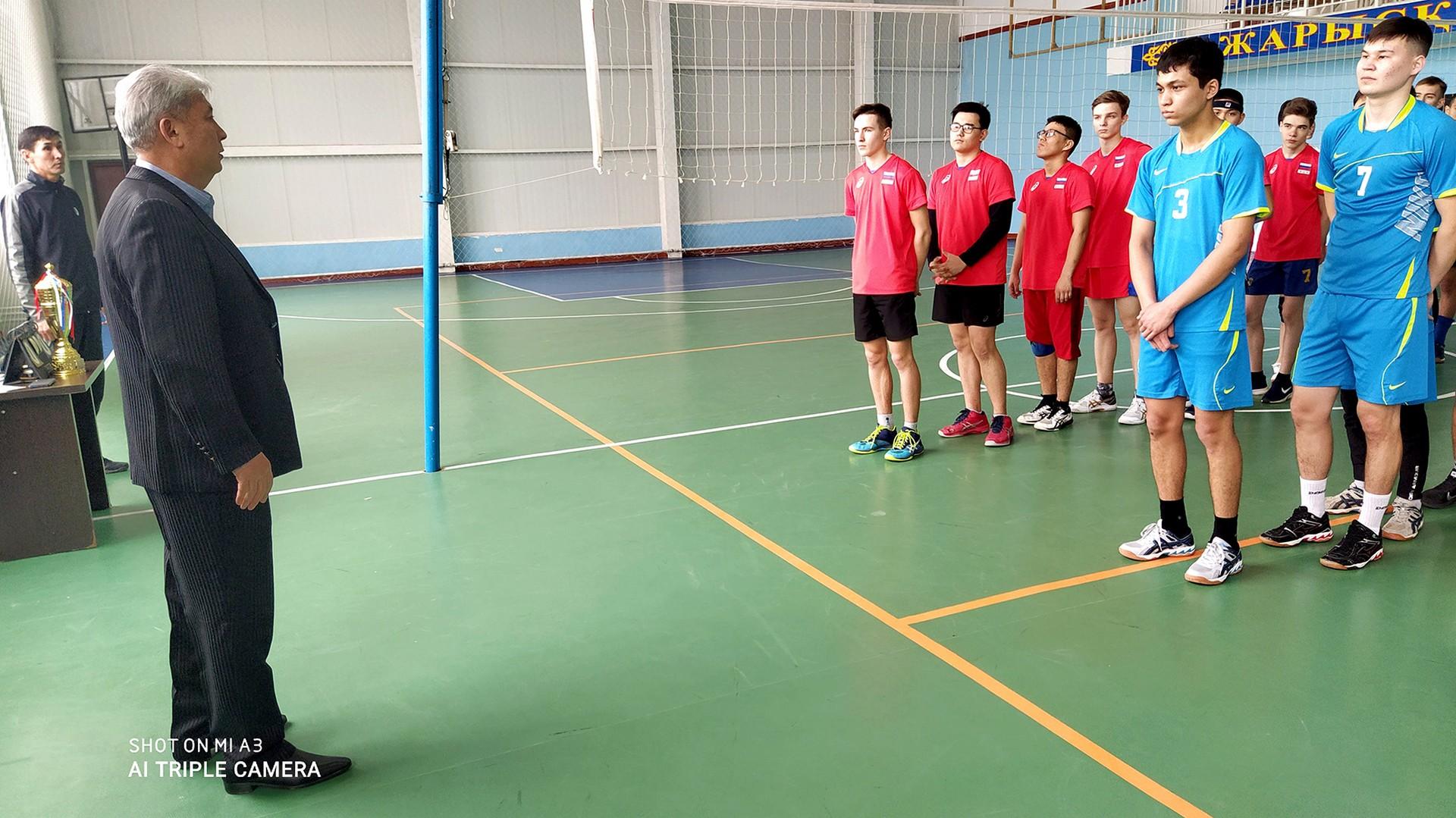Прошел турнир по волейболу между школьниками школы № 3 им. С.П. Королёва и школы № 274 г. Байконура и воспитанниками спортивной школы № 15 поселка Тюратам .
