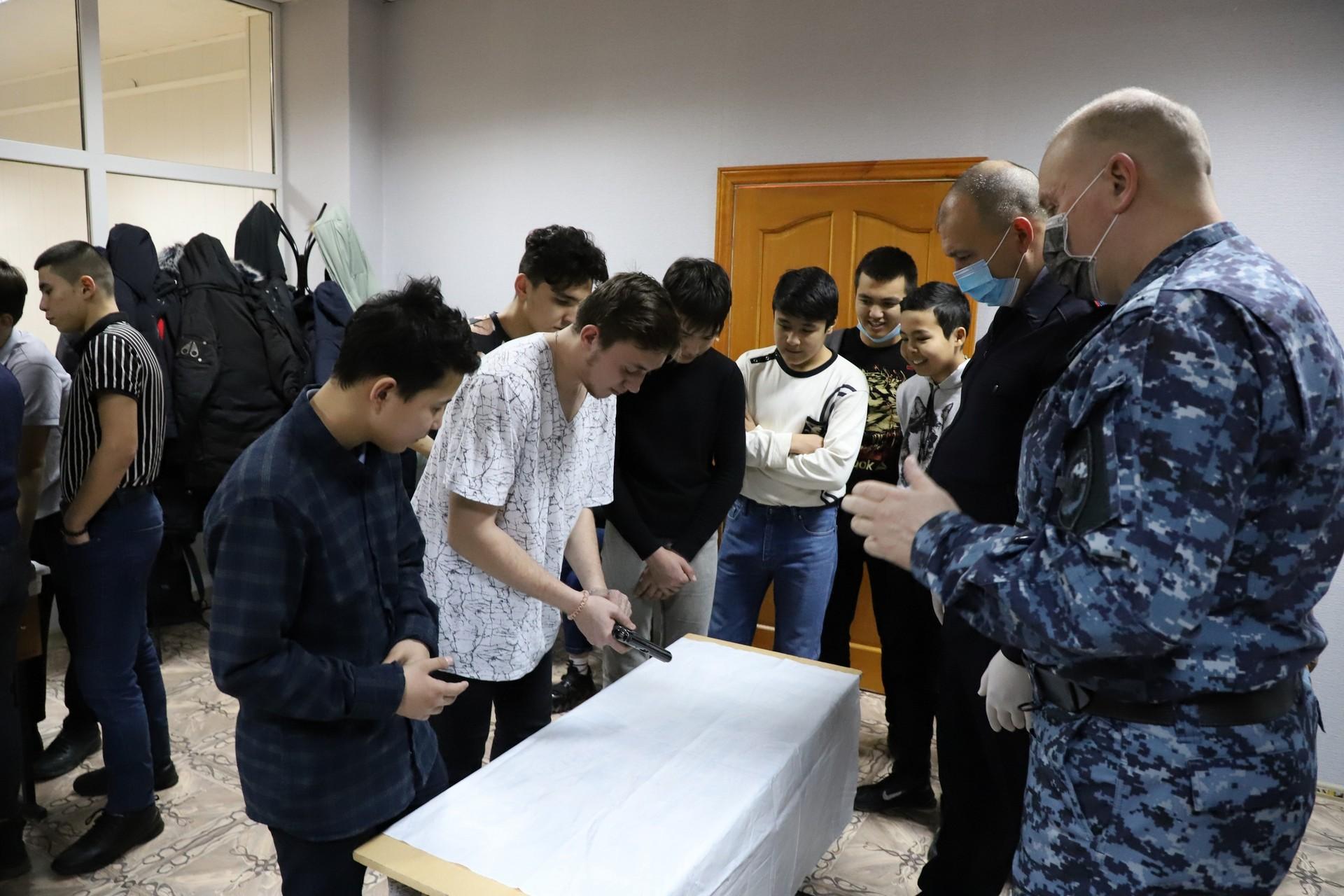 В «Звездном кампусе» молодежи показали приёмы рукопашного боя и учили разбирать автомат