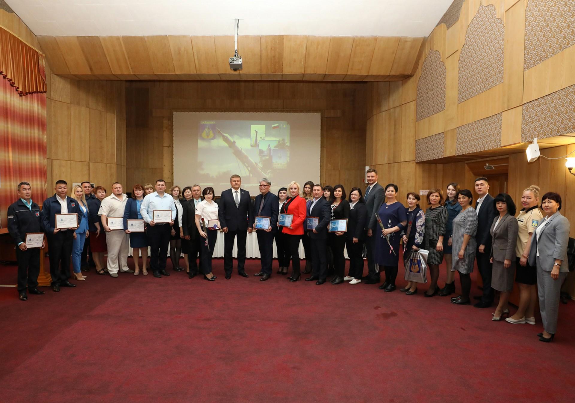Поощрены сотрудники Управления социальной защиты населения администрации города Байконура