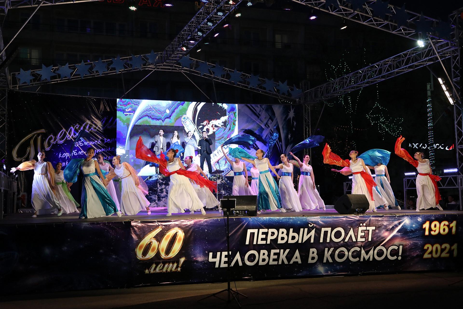 В день 60-летия со дня полета в космос Ю.А. Гагарина на площади Ленина состоялся большой концерт, завершившийся праздничным салютом