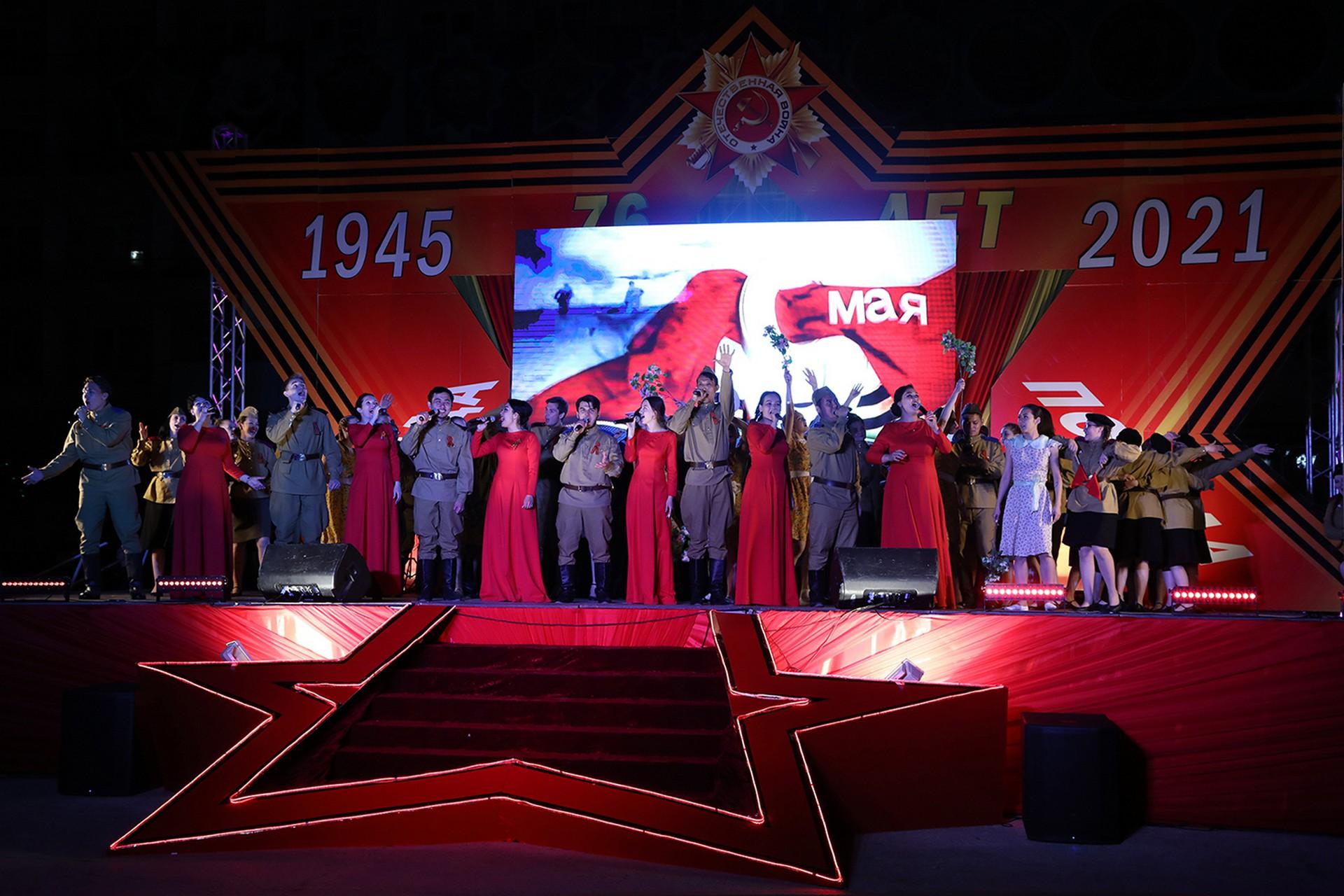 Празднование Дня Победы в Байконуре завершилось большим концертом и праздничным салютом