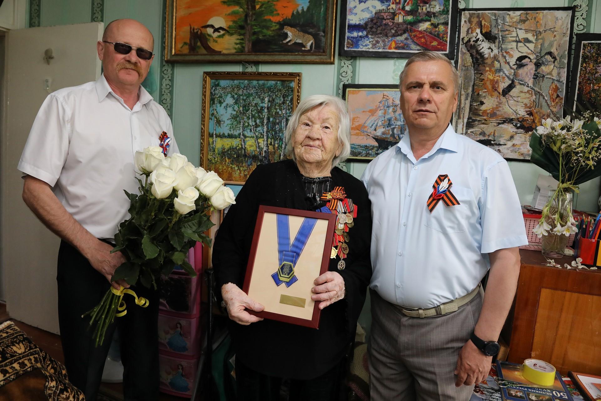 Накануне 9 мая ветеранов войны поздравили с Днем Победы